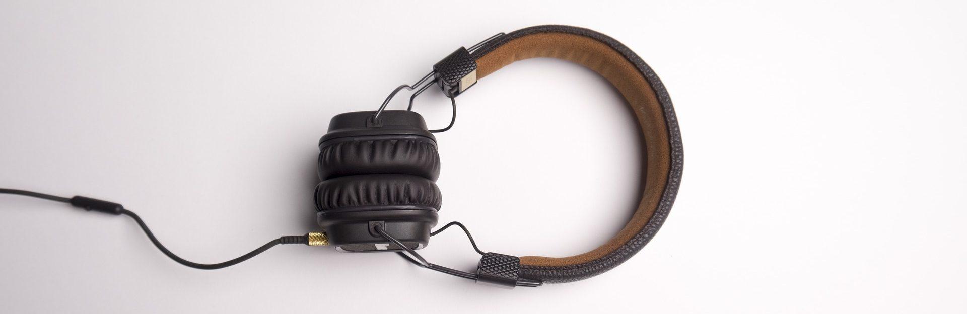 Kopfhörer als Symbolbild für Dolmetschen